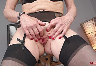 Saggy Titted mature Tart In Pantyhose Vigorously toys her Pussy